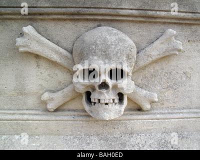 Schädel und gekreuzten Knochen. Detail aus einem 18. Jahrhundert Sandstein-Sarkophag - Stockfoto