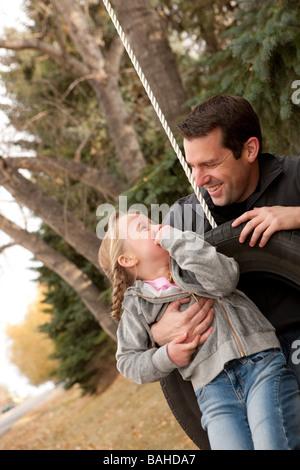 Vater und Tochter zusammen zu spielen - Stockfoto