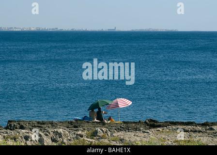 zwei Sonnenschirm am Ufer - Stockfoto