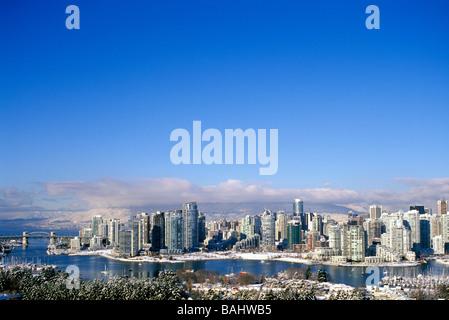 Vancouver, BC, Britisch-Kolumbien, Kanada - Skyline der Stadt, False Creek, Yaletown Hochhäuser, North Shore Mountains, - Stockfoto