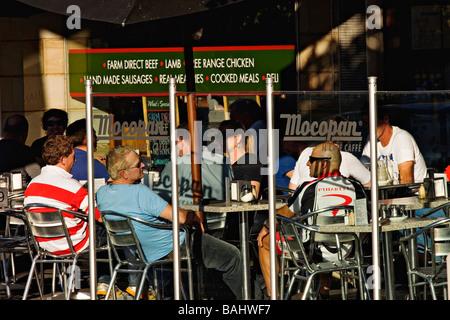 Melbourne-Cafés und Restaurants / Diners genießen Essen Al Fresco in der Vorstadt Ortschaft Albert Park.Melbourne - Stockfoto