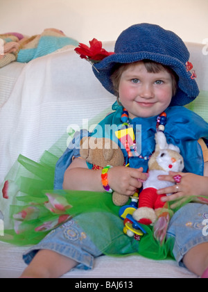 kleines Mädchen 3 Jahre alt getarnt verkleidet sich als Prinzessin ...