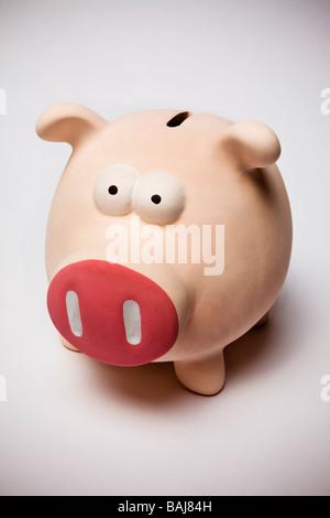 rosa gefärbten Sparschwein auf weißen Hintergrund - Stockfoto