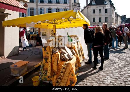 Käse-Stall - Markttag in Beaune, Burgund, Frankreich - Stockfoto