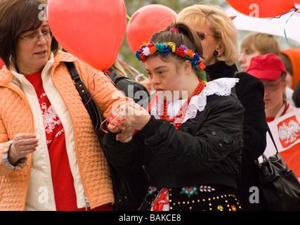 Behindertes Mädchen lernen in Chicago polnischen Parade zeigen großes Interesse an roten Ballon - Stockfoto