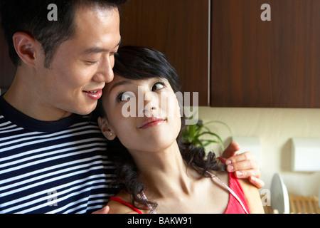 Junges Paar kuscheln In der Küche - Stockfoto