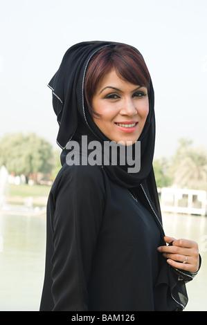 Porträt einer Frau, die ein Kopftuch tragen - Stockfoto