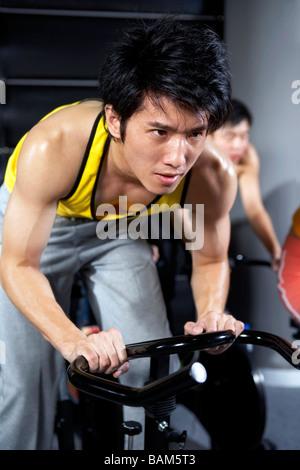 Jungen Mann Ausübung konzentriert - Stockfoto