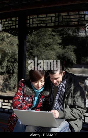 Junges Paar mit einem Laptop - Stockfoto