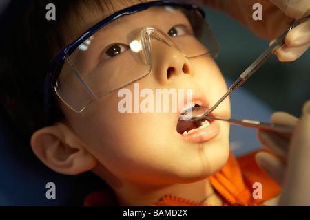 Zahnarzt untersuchen junge Zähne - Stockfoto