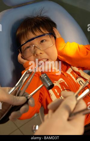 Kleiner Junge Angst Zahnarzt-Tools - Stockfoto
