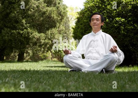 Menschen, die meditieren im Garten - Stockfoto