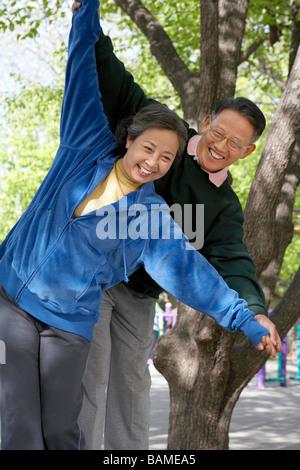 Senioren, Strecken ihre Arme im Park - Stockfoto