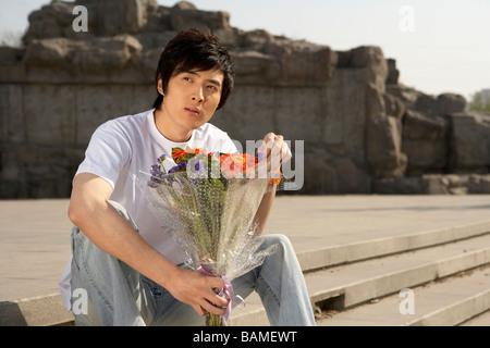 Mann mit Blumenstrauß - Stockfoto