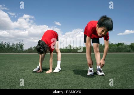 Kinder strecken ihre Zehen zu berühren - Stockfoto