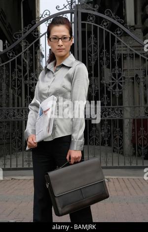 Porträt der Geschäftsfrau mit Computer - Stockfoto
