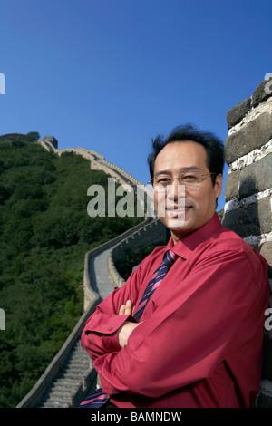 Geschäftsmann, stehen auf der chinesischen Mauer - Stockfoto