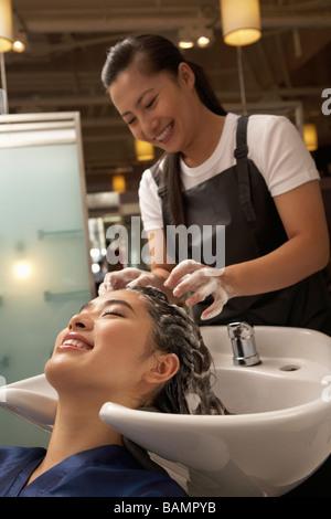 Frau beim Friseur - Stockfoto