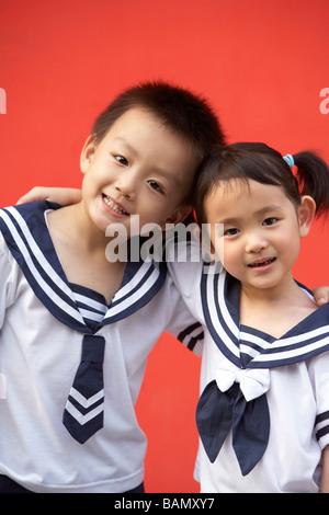 Kinder in ihren Schuluniformen - Stockfoto