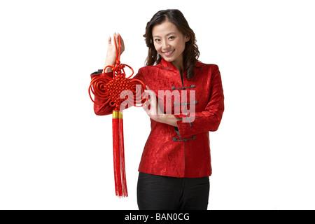 Eine junge Frau hält eine Chinese New Year-Dekoration - Stockfoto