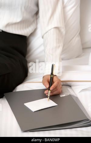Frau in Geschäftskleidung Notizen - Stockfoto