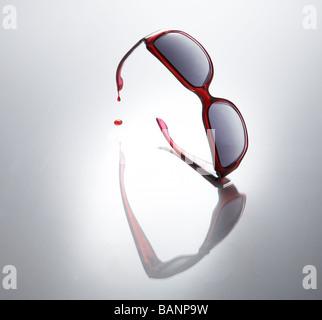 Rote Sonnenbrille tropft Blut - Stockfoto