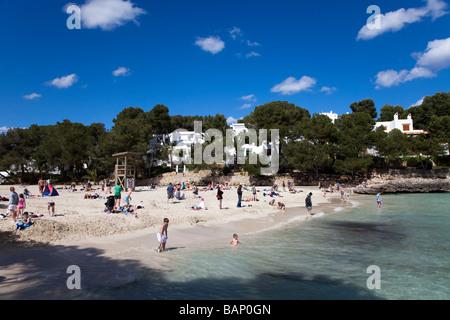Menschen am Strand Cala d ' or Mallorca Spanien - Stockfoto