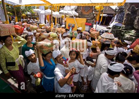Hindus, die Tempel in Mas Angebote bringen, während Koningan Ceremoy Bali Indonesien - Stockfoto