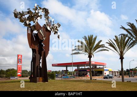 Moderne Skulptur aus Metall am Kreisverkehr mit Benzin Tankstelle Cala d ' or Mallorca Spanien - Stockfoto