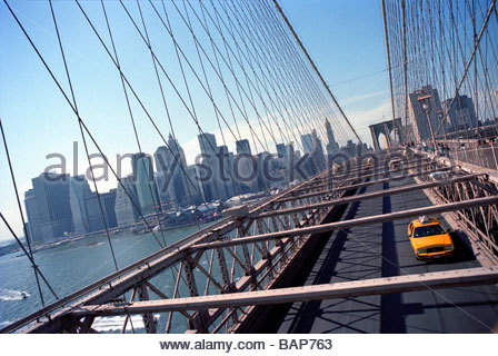 Yellow Cab Taxi verlassen Manhattan auf der Brooklyn Bridge in New York - Stockfoto