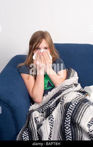 Ein junges Mädchen, das mit der Erkältung oder Grippe krank ist - Stockfoto