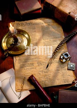 Ein Desktop-Szene, die die Unterzeichnung der amerikanischen Unabhängigkeitserklärung mit Federkiel und eine Kerze - Stockfoto