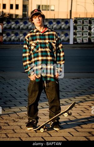 Junge Skater auf Straße in städtischen Szene - Stockfoto