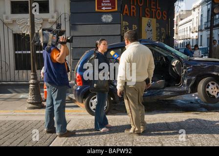 News Crew Interviews Polizei cheif an der Szene eines Auto- und LKW ...