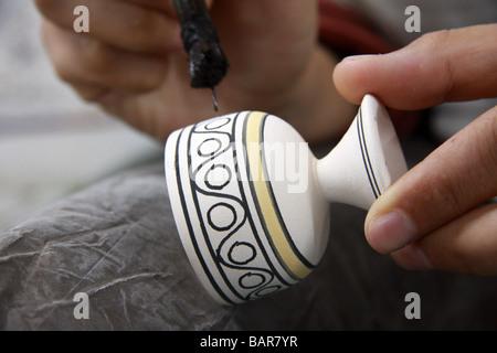 Detail der Handwerker Malerei typischen marokkanischen Design auf eine unglasierte Topf auf einer Keramikfabrik - Stockfoto