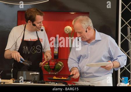 Aldeburgh Nahrungsmittelmesse Snape Maltings Suffolk UK Matthew Fort und Tom Parker Bowles geben Essen Demo Foto - Stockfoto