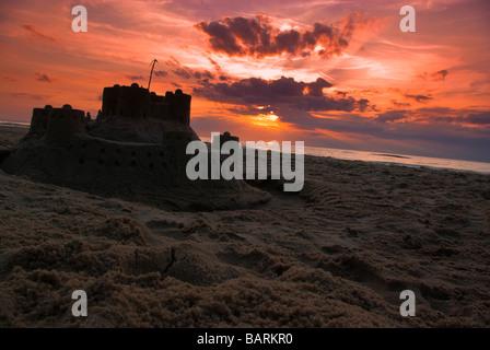 Sandburg. Schöner Sonnenuntergang am Strand Ostsee in Wiselka, Polen. - Stockfoto