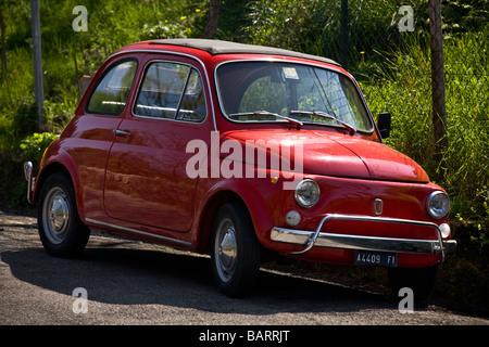 Eine rote original Fiat 500 (Toskana - Italien). FIAT 500-Weine Rouge (Toscane - Italie). - Stockfoto