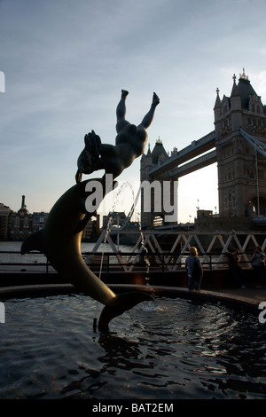 Tower Bridge mit Delphin-Statue im Vordergrund aus der Themse Northbank London England UK (c) Marc Jackson Photography - Stockfoto