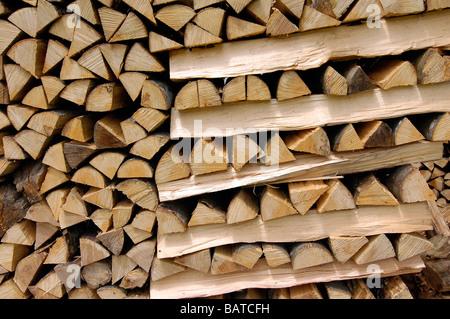 Holz gehackt und für Brennholz gestapelt - Stockfoto