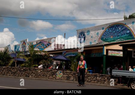 Frau beim Überqueren der Straße Hauptstraße Nimbin NSW Australia - Stockfoto
