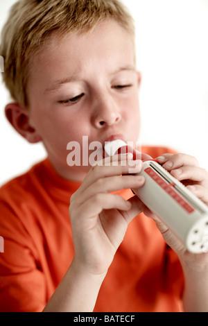 Lungenfunktionstest. Sechsjährige Oldboy ein Spirometer, Lunge Werkzeugfunktion Formeasuring einzuhauchen. - Stockfoto