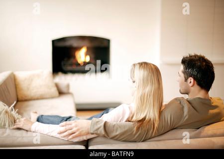 Paar auf dem Sofa entspannen. - Stockfoto