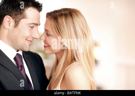 Glückliches Paar einander betrachtend. - Stockfoto