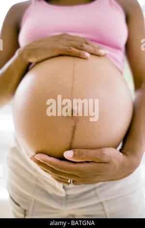 Schwangere Frau mit geschwollenen Unterleib. Sie ist auf volle Amtszeit. - Stockfoto