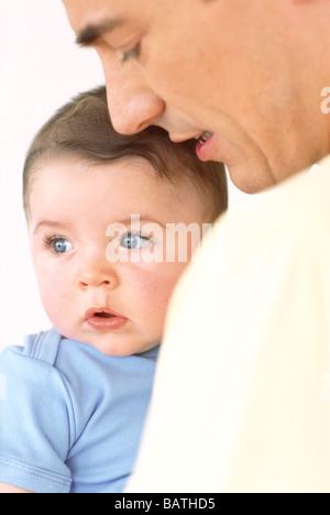 Baby und Vater. 6 Monate altes Baby junge mit seinem Vater. - Stockfoto