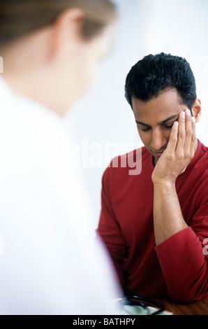 Ärztliche Beratung. Männlicher Patient seinen Hausarzt (GP) Beratung. - Stockfoto