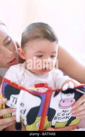 Mutter Baby jungen lesen. Gesichter einer Mutter, die ihr 6-Monats-Oldbaby junge vorzulesen. - Stockfoto
