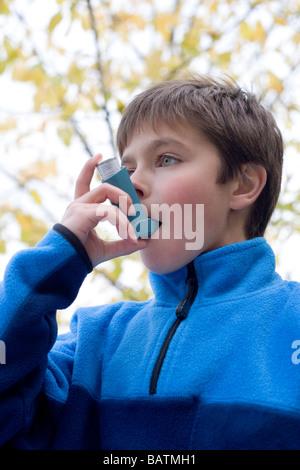 Behandlung von einem Asthma-Anfall. Junge mit einem Inhalator, um einen Asthma-Anfall zu behandeln. - Stockfoto