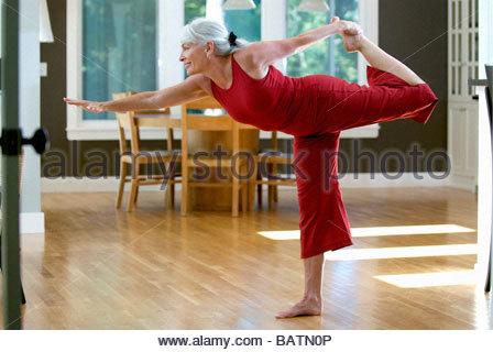 Frau beim Yoga im Innenbereich - Stockfoto